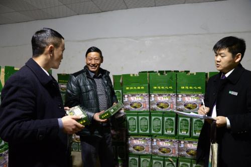 1月1日,在贵州省遵义市凤冈县土溪镇三河社区,土溪镇信用社工作人员在村民曾宇(中)的皮蛋厂调查了解情况。曾宇通过信用社获得贷款300万元。新华社发(罗星汉 摄)