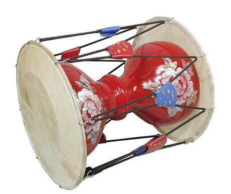 鼓身圆形,木制,蒙皮,中间细实,两端粗空,可发两种不同的音色.